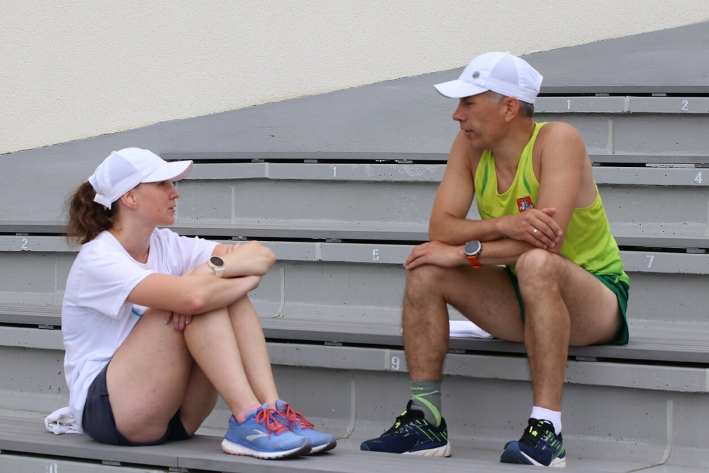 Bėgikė A.Garunkšnytė su treneriu L.Balsiu.