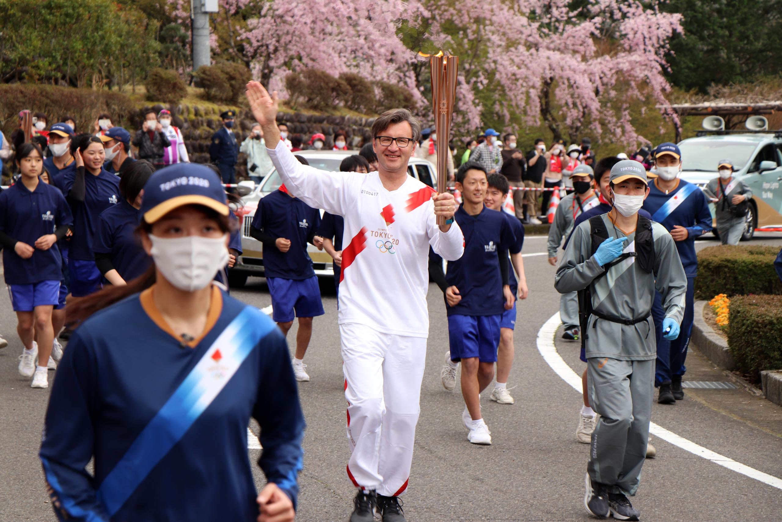 Ambasadoriui G.Varvuoliui olimpinio deglo nešimas paliko neišdildomą įspūdį. | IOC Media nuotr.