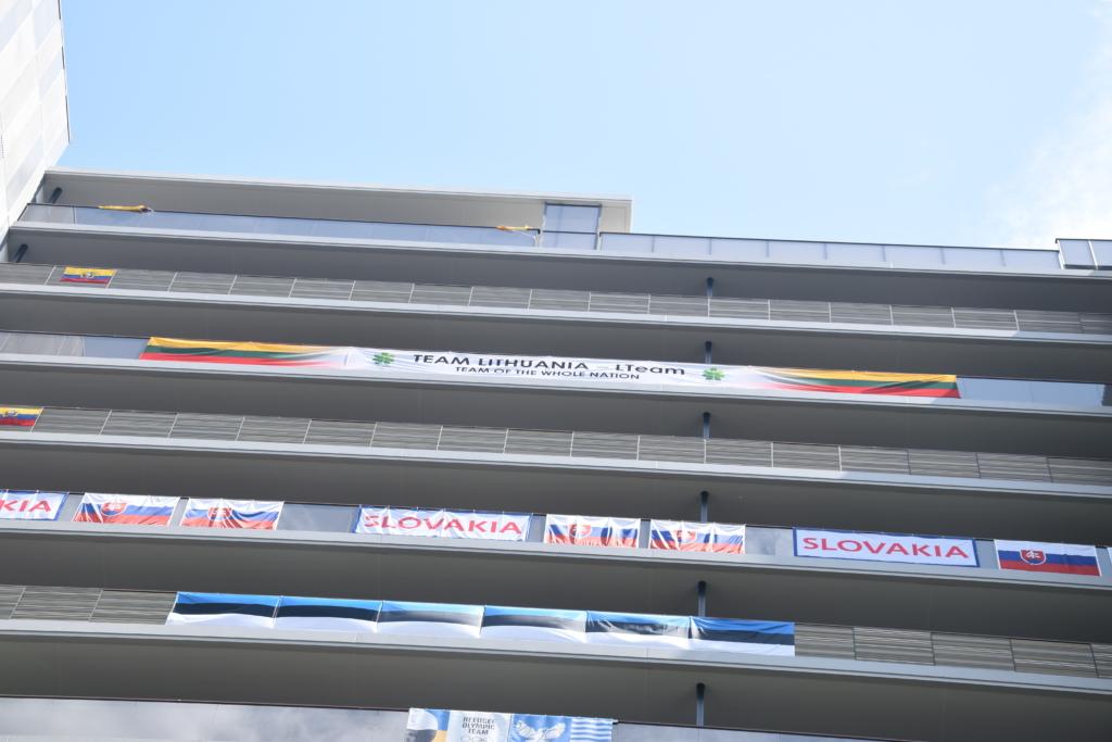 Lietuviai savo būsto balkoną paženklino didžiule vėliava